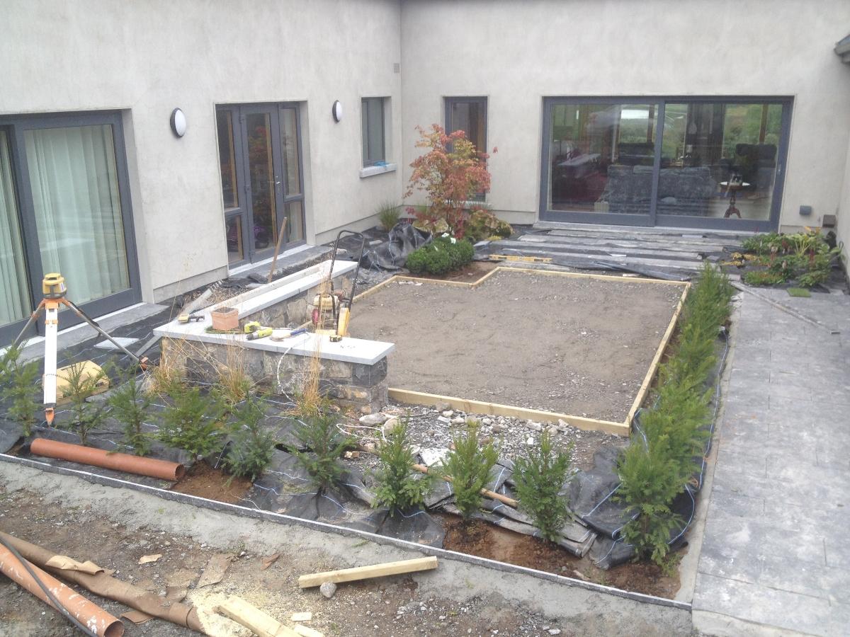 Courtyard-modern-ennis-artificial-grass